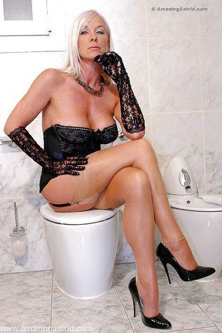 amazing toilet masturbation