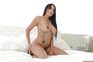 model busty latina