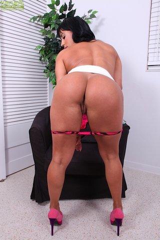 natural hot latina mom