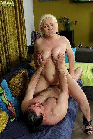 oral sexy blonde mom