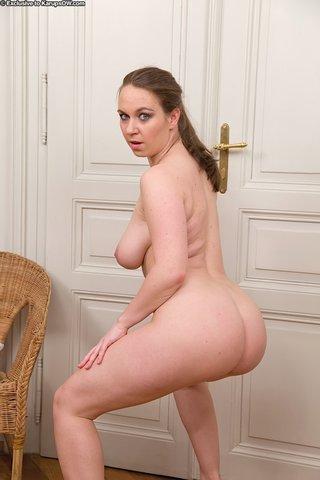 model big natural mom
